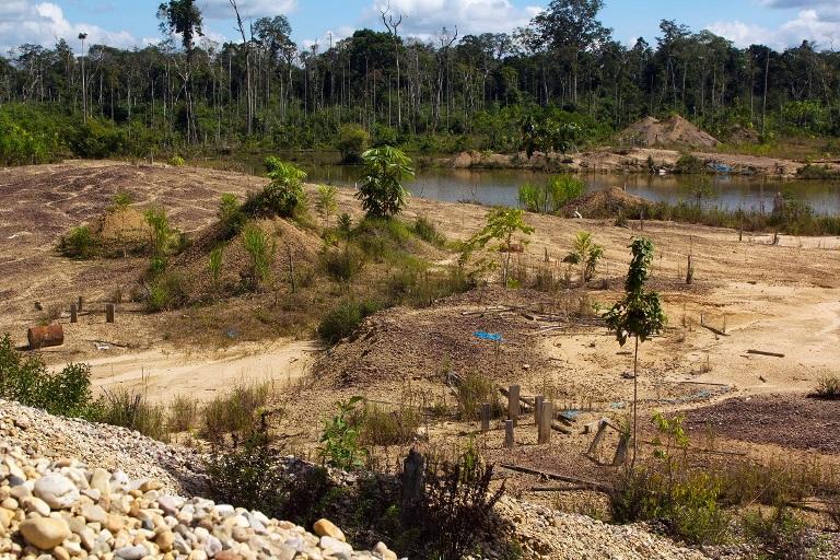 Ingreso al centro poblado de Manuani. Desolación y muerte en La Pampa. Foto: Pablo Merino
