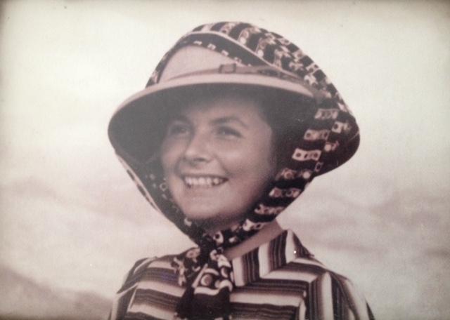 La foto la tomó un fotógrafo que viajaba con mi abuela. Captó su alegría viajera y su belleza.