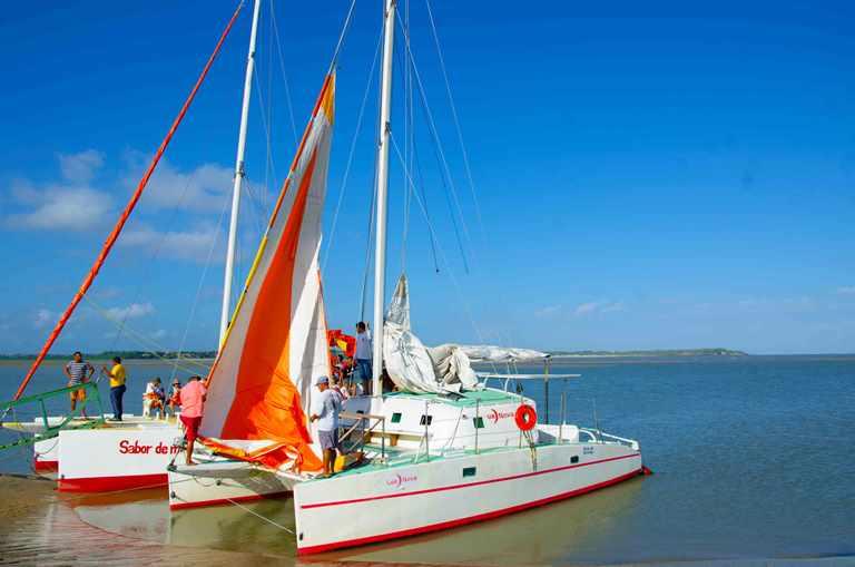 Navegando en el catamarán Luis Novoa en ruta hacia Alcántara.