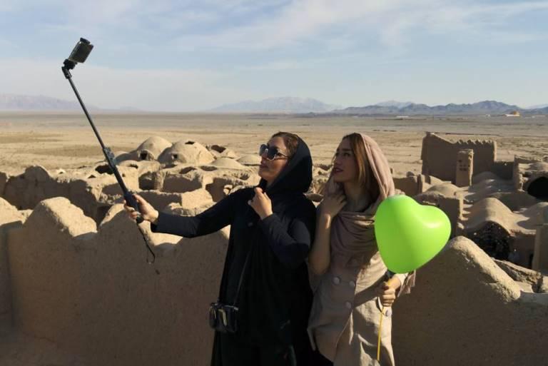 Dos jóvenes se fotografían en la ciudadela de Saryadz, Irán /Paco Nadal
