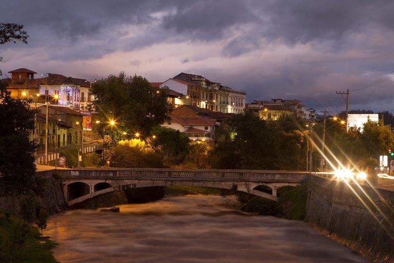 Barrancos junto al río, plazas señoriales y mucho más. Foto tomada de www.cuenca.com.ec