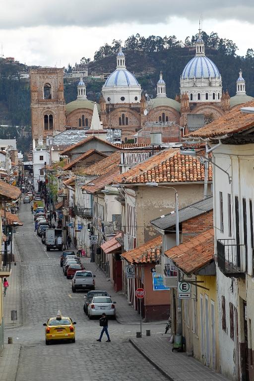Calles empedradas y tejas color terracota. Al fondo la deslumbrante Iglesia Catedral de la Inmaculada Concepción. Foto tomada de www.cuenca.com.ec
