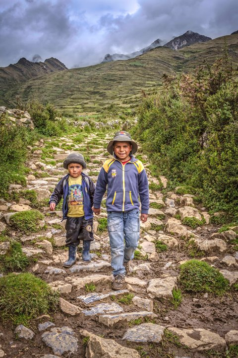 Tramo Huánuco Pampa - Huamachuco, niños trasladándose por camino inca en Soledad de Tambo, huari, Ancash. Foto Ministerio de Cultura.