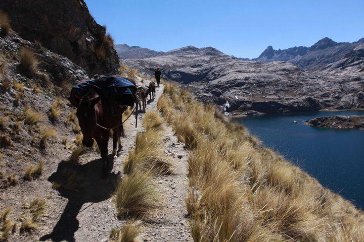 Tramo Xauxa - Pachgacamac, trazo de camino aledaño a la laguna Mullucocha, Tanta, Yauyos, Lima. Foto Ministerio de Cultura,