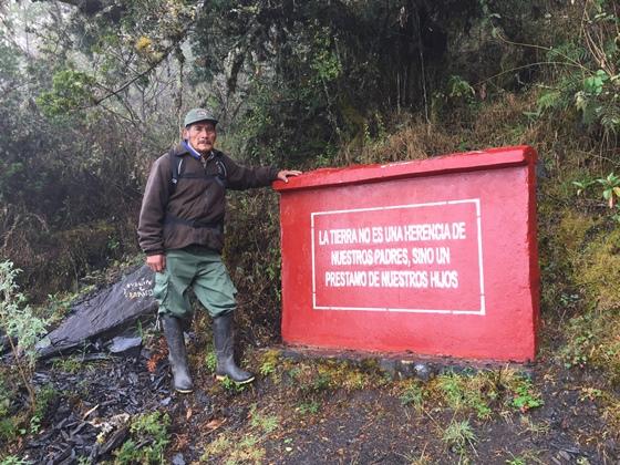 Constantino Rivas nació en un anexo dentro del Santuario Nacional de Ampay, desde hace más de veinte años es un celoso defensor de los bosques andinos de su región. Foto de la Revista Viajeros