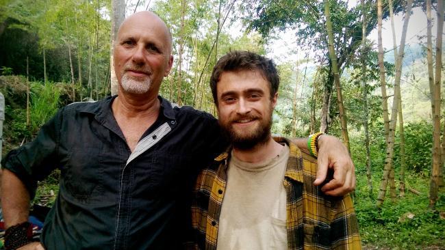 Yossi Ghinsberg y Daniel Radcliffe en un alto de la filmación de Jungle.