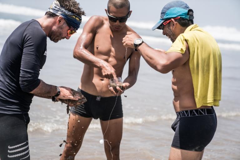 Atletas en pleno relajo en playa Barolovento, Reserva Nacional de Paracas. Foto MDS Perú.