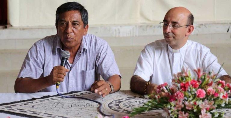 Gobernador Luis Otsuka y Monseñor David Martínez Guinea, Obispo del Vicariato Apostólico de Puerto Maldonado, protagonistas de la noticia. Foto: Agencia Andina.