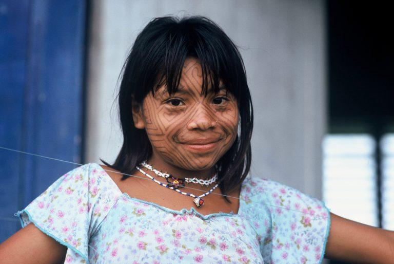 Niña Cashinahua con la cara pintada con tintes extraídos de una planta (fruta huito). Miguel Grau, comunidad nativa en la confluencia del río Curaja y el río Purús, cerca del Parque Nacional Alto Purús, en el departamento de Ucayali, Perú. © André Bärtschi / WWFRegional