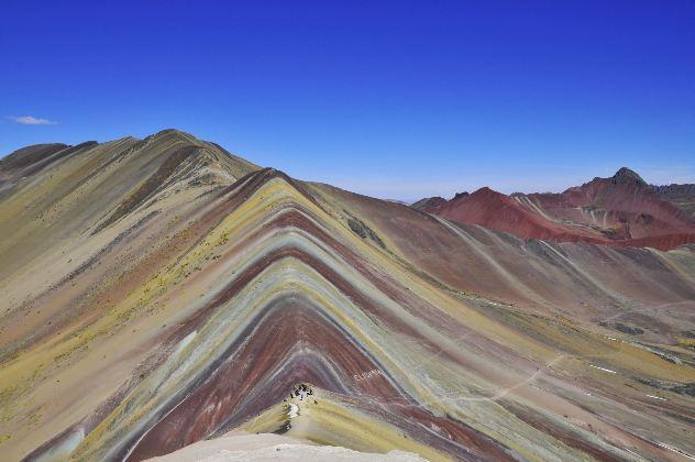 La ONG Cooperacción denunció que el Instituto Geológico, Minero y Metalúrgico (Ingenmet) entregó en concesión en marzo pasado a la minera Minquest Perú SAC, subsidiaria de la empresa canadiense Camino Minerals, 400 mil hectáreas de tierras en las que se encuentra la Montaña de Colores, Vinicunca.