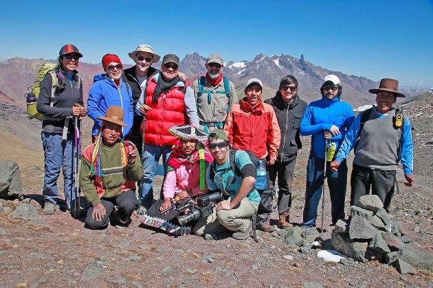 Vuelta al Ausangate. Lichi y grupo de caminantes peruanos, españoles y australianos. Foto Revista Viajeros.